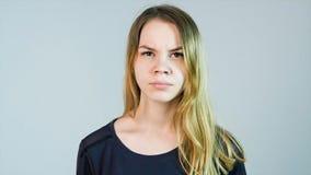 年轻美丽的妇女是恼怒在白色背景 恼怒的妇女年轻人 库存图片