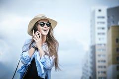 年轻美丽的妇女模型夫人花梢衬衣和帽子有mobi的 免版税图库摄影