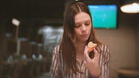 年轻美丽的妇女浅黑肤色的男人吃三明治与chiken头脑 股票视频