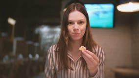 年轻美丽的妇女浅黑肤色的男人吃三明治用头脑 股票视频