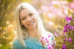 年轻美丽的妇女画象春天开花迷迭香的 库存照片