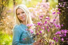 年轻美丽的妇女画象春天开花迷迭香的 库存图片