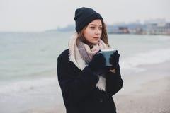 年轻美丽的少年女孩喝咖啡 库存照片