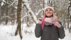 年轻美丽的愉快的微笑的女孩佩带的白色被编织的童帽帽子、围巾和手套画象的室外关闭  影视素材