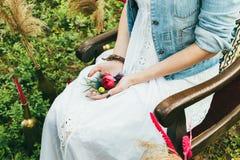 年轻美丽的新娘在她的手上拿着花束 库存照片