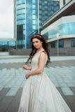 年轻美丽的新娘室外在城市背景  库存照片