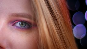 年轻美丽的白种人女性面孔特写镜头画象与半应用的看照相机与的闪烁桃红色构成的 股票视频