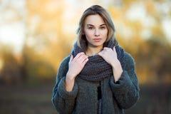 年轻美丽的白肤金发的妇女室外生活方式照片秋天秋天公园舒适围巾灰色葡萄酒外套的 影片过滤器作用 免版税库存图片
