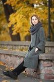 年轻美丽的白肤金发的妇女室外生活方式照片秋天秋天公园舒适围巾灰色葡萄酒外套的 影片过滤器作用 库存图片