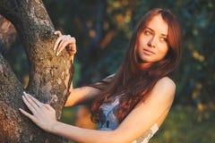 年轻美丽的红头发人妇女在夏天公园 免版税库存照片