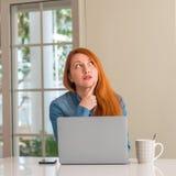 年轻美丽的红头发人妇女在家 库存图片