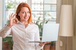 年轻美丽的红头发人妇女在家 图库摄影