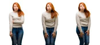 年轻美丽的红头发人妇女被隔绝在白色背景 免版税库存图片