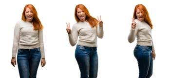 年轻美丽的红头发人妇女被隔绝在白色背景 库存图片