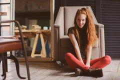 年轻美丽的红头发人行家妇女没有做在家放松 免版税库存照片