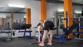 年轻美丽的运动的女孩执行罗马尼亚deadlift与杠铃在健身房 Loopable 股票视频