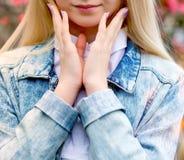 年轻美丽的金发碧眼的女人和淡紫色修指甲 免版税库存照片