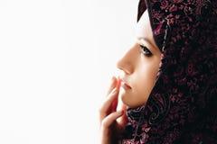 年轻美丽的阿拉伯中东妇女画象  免版税库存照片