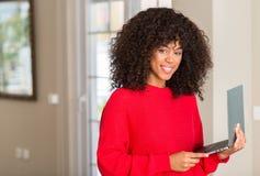年轻美丽的非裔美国人的妇女在家 免版税库存照片