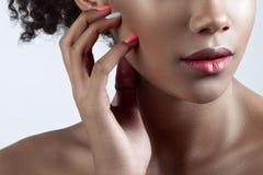 年轻美丽的黑人妇女的棕榈和嘴唇有干净的完善 免版税库存照片