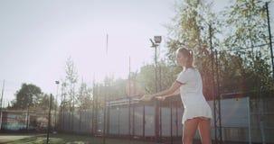 年轻美女打了网球非常专业在网球场外面 射击在红色史诗 慢动作 股票录像