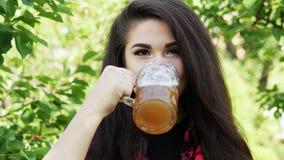年轻美女止干渴,喝啤酒并且舔她的嘴唇 影视素材