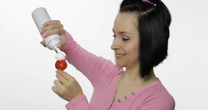 年轻美女用与打好的奶油的新鲜和水多的草莓 免版税库存图片