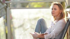 年轻美女画象有白种人出现的读了有趣的书坐阳台 妇女放松 股票录像