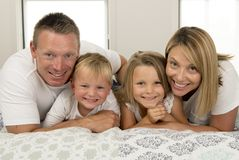 年轻美好和光芒四射的夫妇30到40岁微笑的ha 图库摄影