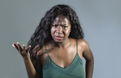 年轻美好和被注重的黑非裔美国人的妇女感觉生气和恼怒打手势的被鼓动的和小便的看疯狂和 免版税库存照片