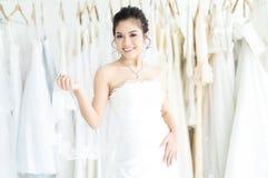 年轻美好的亚洲妇女身分画象在现代婚姻的沙龙和看照相机化装室  o 库存照片