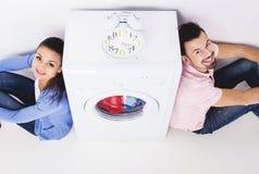 年轻美好的加上一台洗衣机,在白色背景 顶视图 免版税库存图片