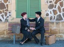 年轻美好的夫妇在葡萄酒衣物穿戴了坐a 图库摄影