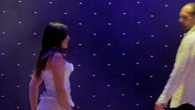 年轻美好的夫妇在阶段跳舞在剧院 股票视频