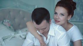 年轻美好的夫妇早晨坐床,看窗口,取暖,特写镜头,慢动作 股票视频