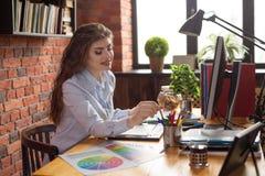 年轻美好的女性desiner或形象艺术家职场的在顶楼样式办公室 免版税库存照片