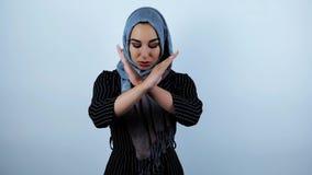 年轻美好的阿拉伯妇女微笑,当移动她的在被隔绝的白色背景时的智能手机 股票录像