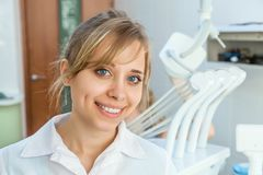 年轻职业妇女牙医 免版税图库摄影