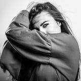 年轻肉欲的式样妇女姿势在演播室 黑白的照片 库存图片