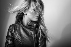 年轻肉欲的式样妇女姿势在演播室 黑白的照片 免版税库存照片