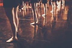 年轻舞蹈家芭蕾舞女演员的腿类古典舞蹈的, balle 库存照片