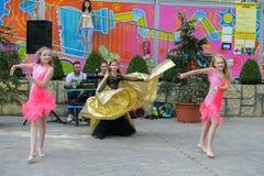 年轻舞蹈家表现  一个小组年轻舞蹈家公开 跳舞露天 起来的年轻舞蹈家 孩子跳舞 库存照片