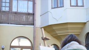年轻艺术家凹道在城市 绘在街道上的艺术家画 学生老欧洲人的油漆大厦 股票视频