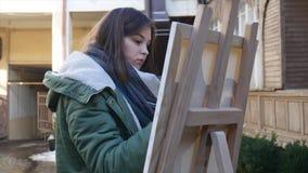 年轻艺术家凹道在城市 绘在街道上的艺术家画 学生老欧洲人的油漆大厦 影视素材