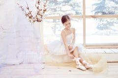 年轻芭蕾舞女演员女孩为芭蕾表现做准备 一点prima芭蕾 白色舞会礼服和Pointe的女孩 免版税库存照片