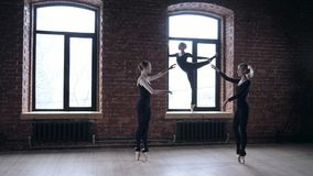 年轻芭蕾舞女演员女孩 排练的妇女在黑紧身衣裤 准备一个戏剧演出 股票录像