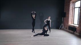 年轻芭蕾舞女演员女孩 排练的妇女在黑紧身衣裤 准备一个戏剧演出 影视素材