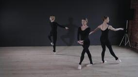 年轻芭蕾舞女演员女孩 排练的妇女在黑紧身衣裤 准备一个戏剧演出 股票视频