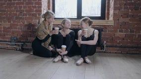 年轻芭蕾舞女演员女孩 食用的排练的妇女一杯茶或咖啡 股票录像