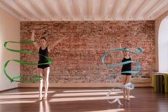 年轻芭蕾舞女演员排练 节奏性的体操 免版税库存图片